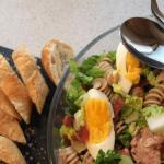 Pastasalat med bacon, tun og æg