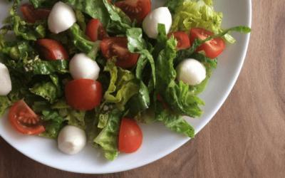 Salat med mozzarella, pesto og tomat
