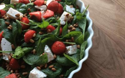 Spinatsalat med jordbær, feta og pinjekerner