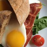 Morgenmads-sandwich med spejlæg