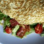 BLT omelet med bacon, tomat og salat