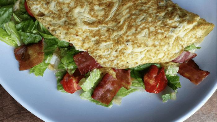 BLT-omelet med bacon, salat og tomat