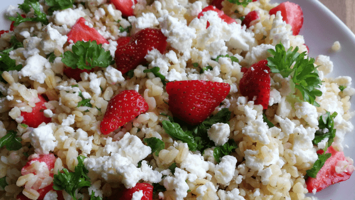 Bulgursalat med feta, jordbær og persille