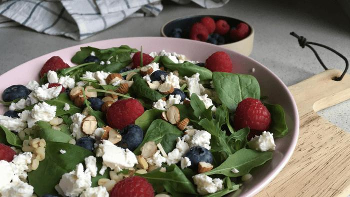 Lækker sommersalat med friske bær