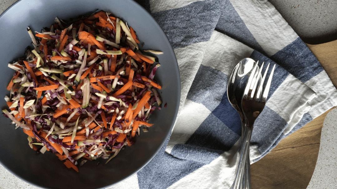 Råkostsalat med gulerødder og kål